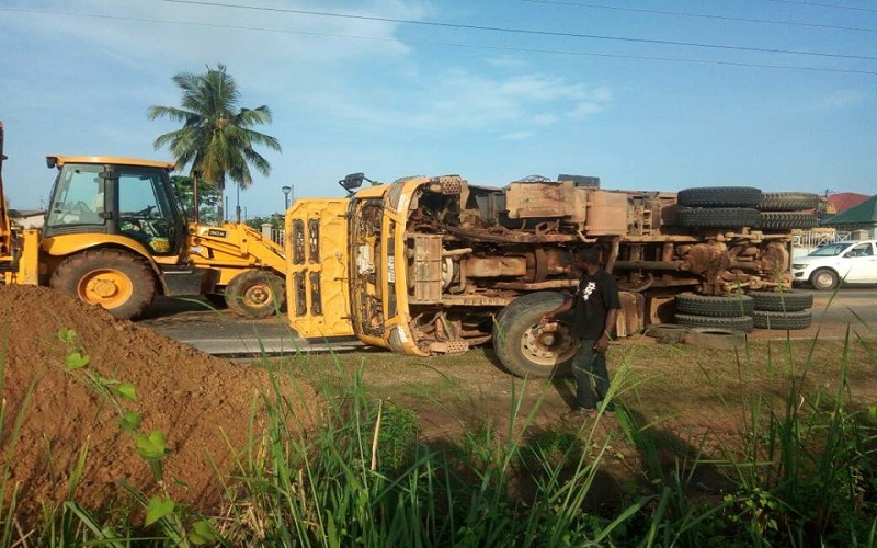 Two trucks fall to block Amasaman-Nsawam road