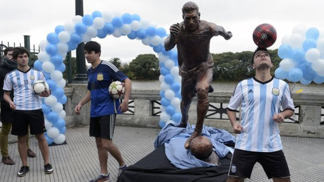 Messi statue chopped off at the ankles