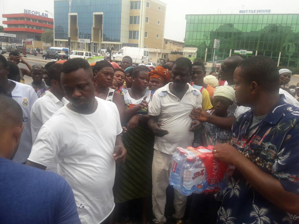 Prophet Nigel Gaisie donates to hawkers at Achimota – SEE PHOTOS